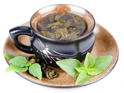 настаивается монастырский чай с открытой крышкой