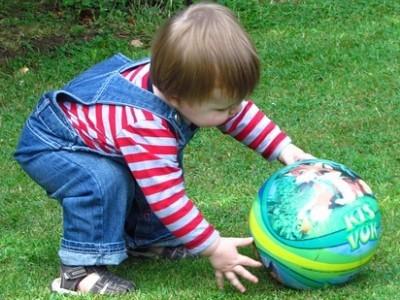 игра в мяч с годовалым малышом