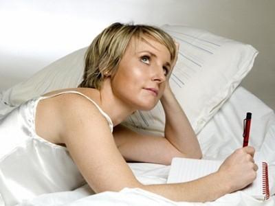 попробуйте не дотрагиваться после пробуждения до головы