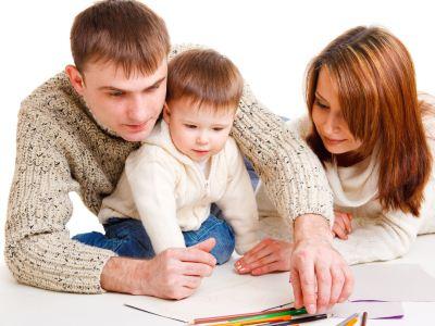 родители обучают малыша рисовать