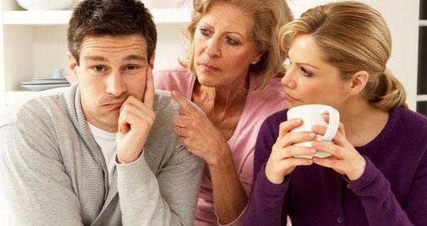 Жизнью инфантильного мужчины руководит мама, и сыну такой вариант нравится