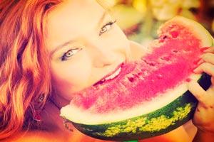 Летняя диета может основываться на продуктах, которые вы любите. Этой 7-дневной диете можно придерживаться каждый месяц. Но особенно удобна такая диета летом, в разгар сезона овощей и фруктов. Понедельник Первый день диеты – овощной. Выберите несколько овощей, которые вы больше всего любите, и ешьте их целый день в большом количестве. При этом необходимо пить неограниченное количество минеральной воды. Вторник Второй день – фруктовый. Опять-таки выберите ваши любимые фрукты, разделите их общее количество на несколько приемов пищи. Причем самое большое количество фруктов нужно съесть в обед. При сильном чувстве голода рекомендуется выпить стакан йогурта или кефира. Среда Среда – ягодный день. Этот день проведите с ягодами: ароматная клубника, сладкая малина, крыжовник или спелая смородина. В неограниченном количестве целый день ешьте только ягоды, запивая их минеральной или кипяченой водой. Четверг Четверг – день молочных продуктов. Выбирайте йогурт, ряженку или кефир и пейте их в течение дня. Если сильно проголодаетесь можно съесть небольшое количество нежирного творога без сметаны. На ужин следует выпить полный стакан кефира. Пятница Пятница – это опять овощной день. Выберите запеченную тыкву, отварной картофель ли помидоры и проведите с ними целый день. Пейте в больших количествах минеральную оду. Суббота Суббота – это снова ягодный день. Так же как и в среду ешьте в течение дня только ягоды, а на ужин выпейте стакан кефира. Воскресенье Воскресенье – самый сложный день диеты. В этот день следует пить только фруктовые соки целый день: яблочный, сливовый, виноградный или апельсиновый. Летняя диета – это идеальная диета для очищения организма и наполнение его максимальным количеством полезных витаминов.