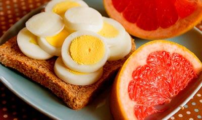 Яичная диета позволяет скинуть до 5 лишних килограммов после первых недель. Если же диета рассчитана на месяц, то это позволит не только скинуть вес, но и нормализовать питание и «закрепить» полученный результат. Как известно, яйца очень хорошо насыщают, именно поэтому во время яичной диеты почти не чувствуется голода. И вопреки своему свойству быстрого насыщения, яйца очень низкокалорийный продукт. Полезность употребления в пищу куриных яиц доказана многими диетологами. Яйца содержат ряд микроэлементов, витамины групп А, В, С, и Е, а так же калий и кальций. Ежедневное потребление яиц улучшает функционирование головного мозга. Придерживаясь яичной диеты, нужно есть яйца каждый день. При этом необходимо есть разнообразные продукты, но диетического характера. Рекомендуется нежирные виды мяса и рыбы, обезжиренный творог или 16% сыр, все виды фруктов и овощей, а так же кисломолочные продукты. Завтракать при яичной диете необходимо всегда одинаково: половина грейпфрута и два яйца. Так же можно есть яйца и в течение дня. Примерное меню 2-х недельной яичной диеты: Первый день: обедаем двумя яйцами с помидором и зеленым чаем, ужин – 2 яйца с винегретом, грейпфрут с зеленым чаем. Второй день: обед – 2 яйца с грейпфрутом, ужинаем яйцами со шпинатом и черный чай без сахара. Третий день: обедаем грейпфрутом и двум яйцами, на ужин –не жирное мясо, салат из сельдерея и огурцов. Четвертый день: обед – 2 яйца, приготовленный на пару шпинат и кофе, ужинаем нежирной рыбой с винегретом и чаем. Пятый день: на обед фруктовый салат, ужин – тушеное мясо с салатом из томатов, кофе без сахара. Шестой день: обедаем двумя яйцами со шпинатом, на ужин – отбивная из телятины, салат из капусты и чай. Седьмой день: обед – грейпфрут с холодной курицей, на ужин два яйца с салатом из капусты с морковью, кофе.