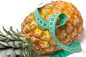 Ананасовая диета – эффективное похудение с потерей в весе от 2 килограммов в течение недели. Рекомендуется придерживаться ананасовой диеты на протяжении 1-2 дней при употреблении в пищу только ананасов, или же 2-3 дня при введении в рацион других продуктов. В день необходимо употреблять 2 килограмма ананасов и около литра сока ананасов. Ананас разрезается на кусочки и делится примерно на 4 приема пищи: завтрак, обед, полдник и ужин. Во втором варианте ананасовой диеты допускается съедать в день на выбор по 100 грамм нежирного творога или постного мяса, а так же пить не сладкий чай с небольшим кусочком ржаного хлеба. Ананас – это фрукт, который очень эффективно расщепляет жиры и белки, а так же способствует естественному пищеварительному процессу. Съедайте кусочек ананаса перед застольем, особенно если ожидаются жаренные и копченые блюда, и можно забыть о лишних килограммах. Так же ананас в полной мере обеспечивает организм важными витаминами и минералами. Предостережение для тех, кто решится воспользоваться данной диетой: 1. Консервированные ананасы не обладаю той эффективностью сжигать жиры в должной мере, как свежие плоды ананаса. 2. Ананас содержит ряд фруктовых кислот, поэтому после употребления необходимо сполоснуть рот, что бы уберечь эмаль зубов от разрушения. 3. Перед тем как применять ананасовую диету необходимо проконсультироваться с врачом. Для ананасовой диеты необходимо выбирать только спелые плоды. Как выбрать правильный ананас? При покупке ананаса похлопайте ладонью по плоду, если он издает глухой звук, то это свидетельство спелости фрукта. У спелого ананаса, при надавливании на кожицу, она проминается, а не пружинит. Сладкий спелый плод имеет сладкий и нежный аромат, слишком сильный сладкий запах может быть у продукта который уже начал портится.