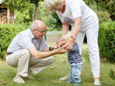 малыш отлично знает, кто такие мама, бабушка, дедушка