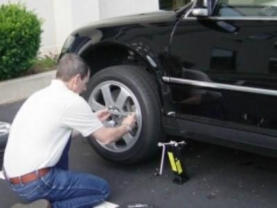 снять колесо машины