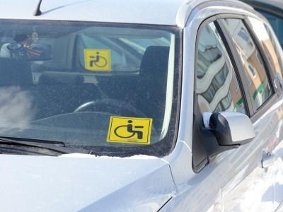 "знак ""Инвалид"" на стеклах автомобиля"