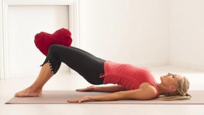 для удобства можно зафиксировать ноги, сжав подушку между коленями