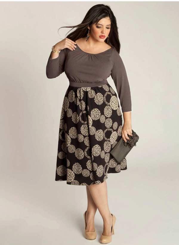 Броский принт юбки элегантно смотрится с боди