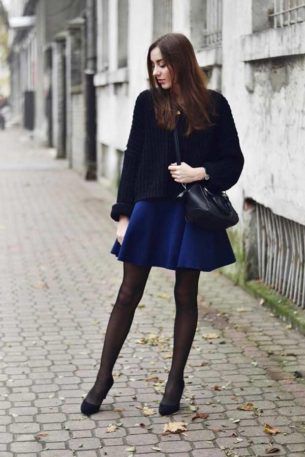 Черные туфли на каблуках с короткой синей юбкой