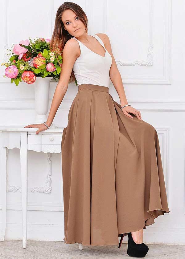 Длинная юбка со складками элегантно смотрится с белым топом