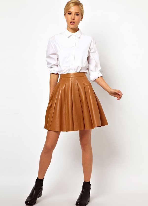 Кожаная юбка мини с белой рубашкой