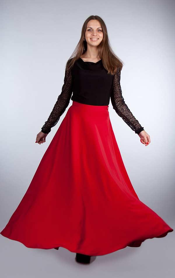 Красная юбка с черным боди с кружевными рукавами – вечная классика