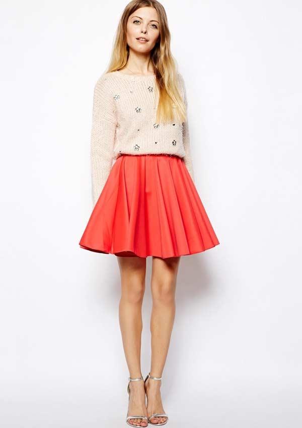 Красная короткая юбка с джемпером пастельного цвета