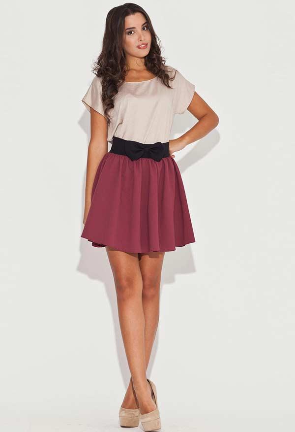Однотонная короткая юбка с легкой блузкой
