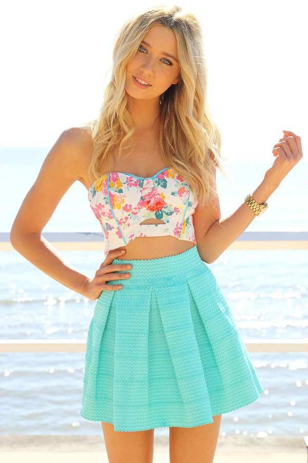 Пляжный вариант юбки мини с цветным бюстье