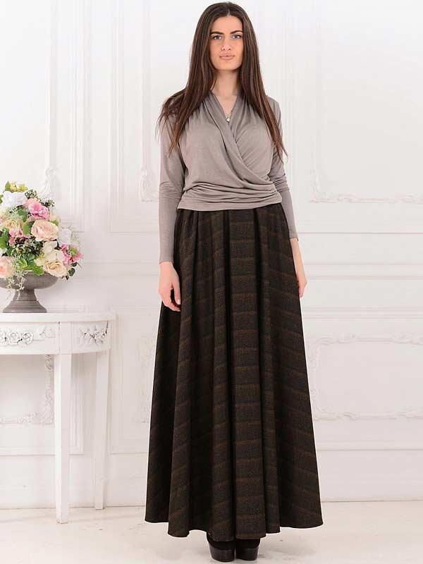 Плотная юбка из твида с короткой однотонной блузкой
