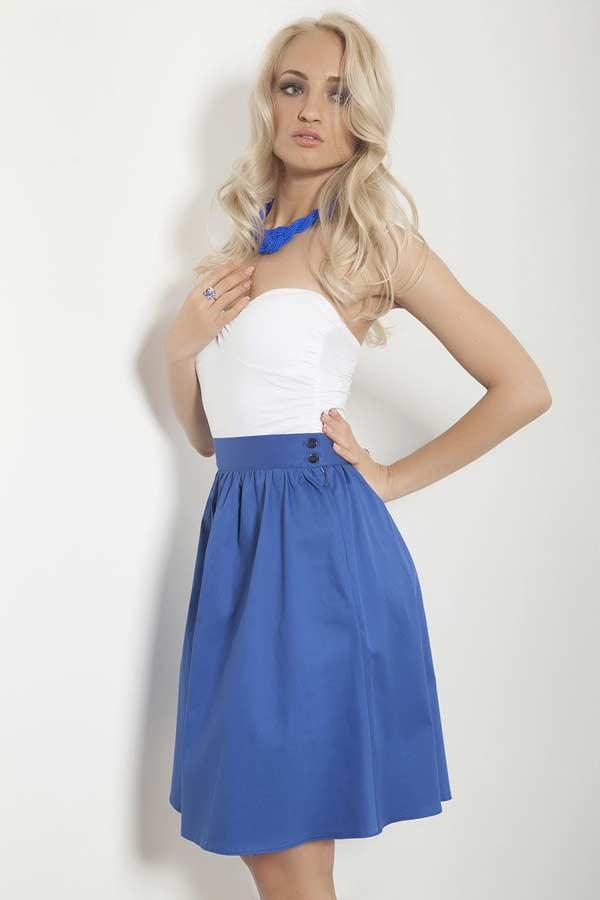 Синяя юбка с белым топом