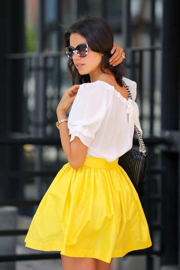 Вариант яркой юбки с белой летней блузкой