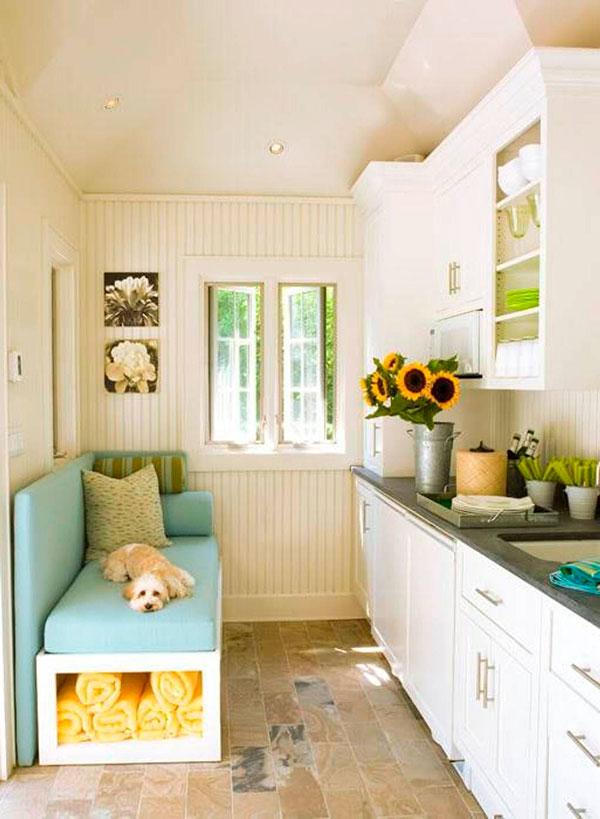 Диван слева от окна в торце узкой кухни