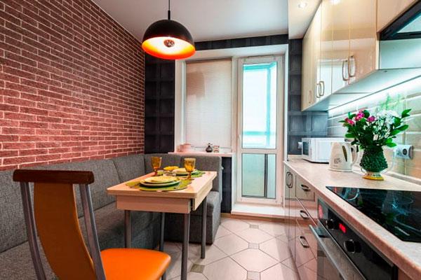 Дизайн кухни с балконом и обеденной зоной с диваном