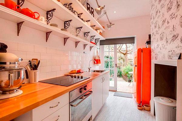 Яркий холодильник дополняют столешницы в тон и посуда