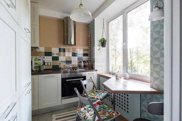 Компактный столик и стулья у бокового окна