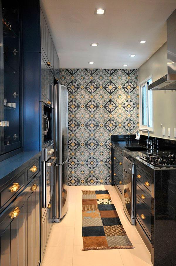 Кухня с окном сбоку и черным мебельным гарнитуром
