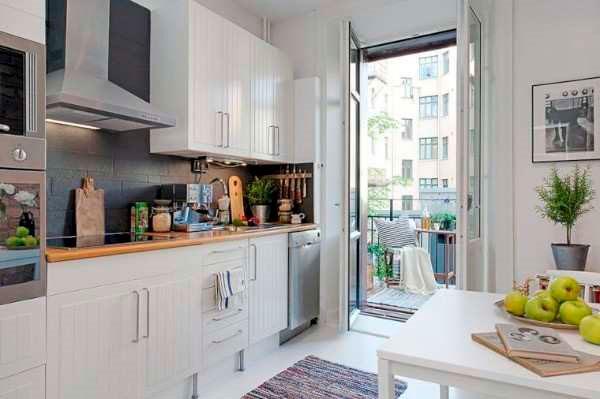 Кухня с выходом на балкон и столом справа