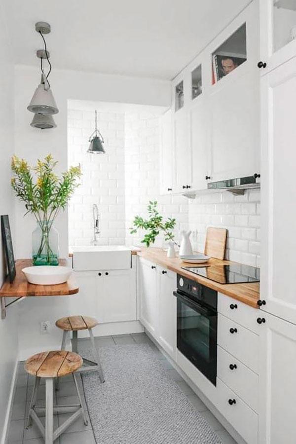 Маленький стол на стене в узкой кухне