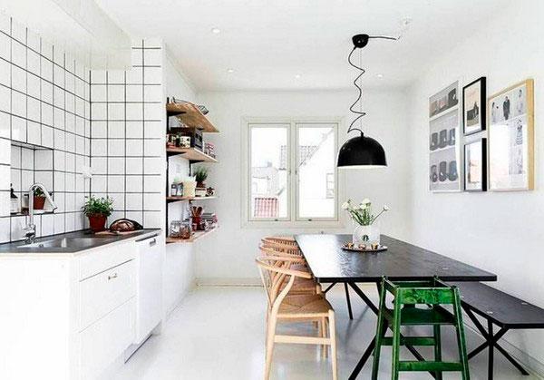 Отсутствие навесных шкафов расширяет пространство кухни