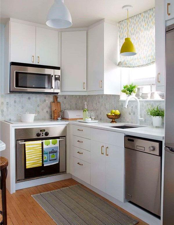 Угловая расстановка мебели в кухне с окном посреди стены