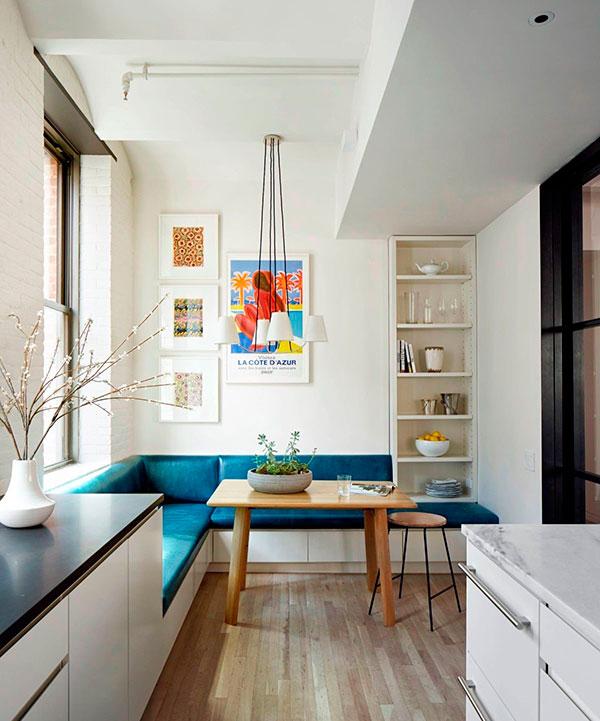 Угловой диван у окна в прямоугольной кухне