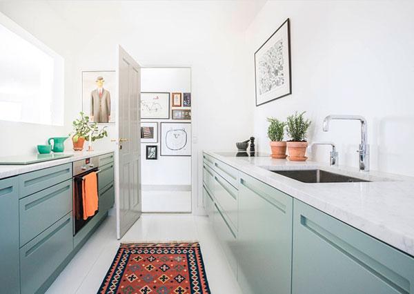 Узкая кухня без верхних шкафов