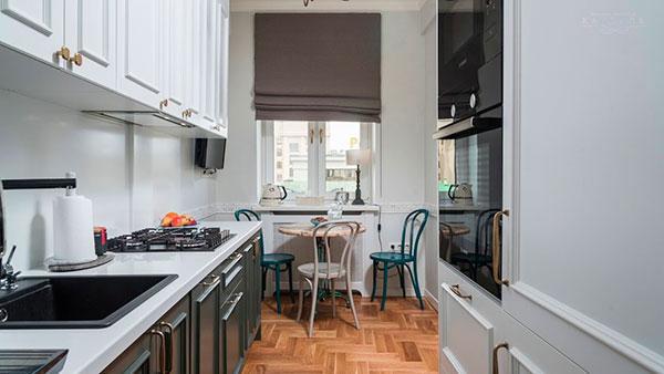Узкая кухня с обеденным столом у окна