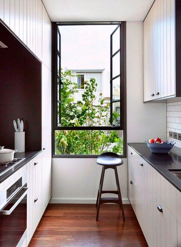 Узкая кухня с окном при двухстороннем размещении мебели