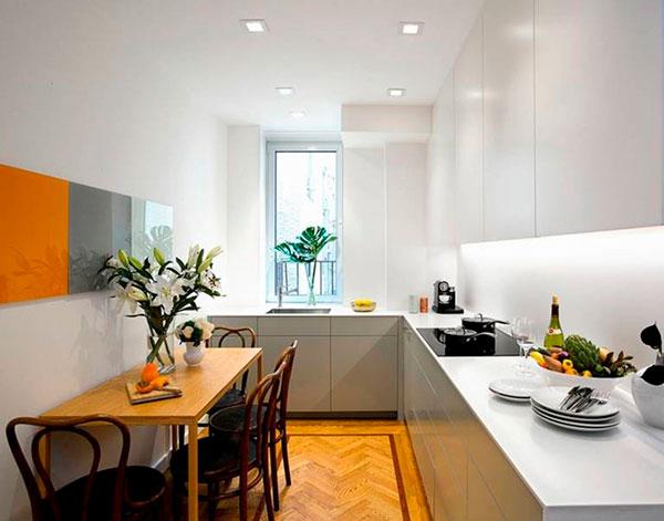 Узкая кухня-столовая при угловой расстановки шкафов