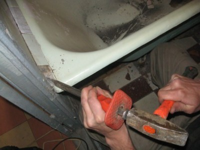 выступы на бортиках вашей ванны необходимо убрать