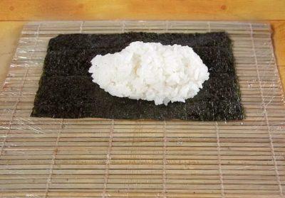 лист нори вместе с рисом