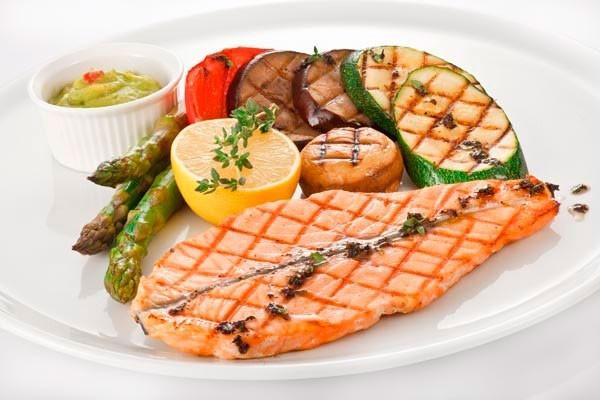 Рыбный стейк с овощами