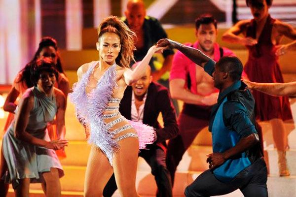 Любовь к танцам заставляет Лопес оставаться гибкой и подвижной на сцене