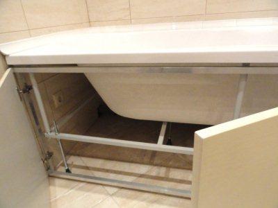 когда каркас установлен, остается лишь закрыть низ ванны декоративной панелью