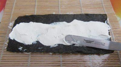 наносится слой сливочного сыра