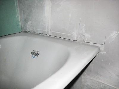 угол ванны закреплен в штробе