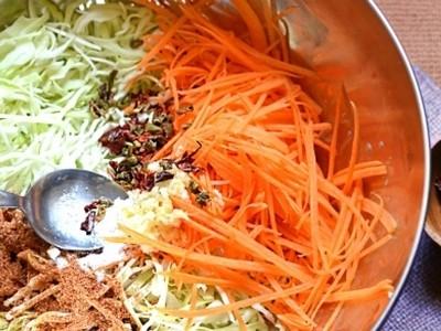 сложить морковь и капусту в большую миску, добавить сахарный песок и соль