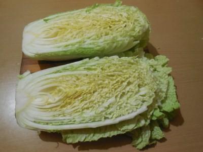 разрезать пополам капусту