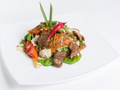 соба с говядиной и овощами
