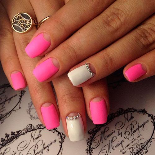 Розовый маникюр с лунулами
