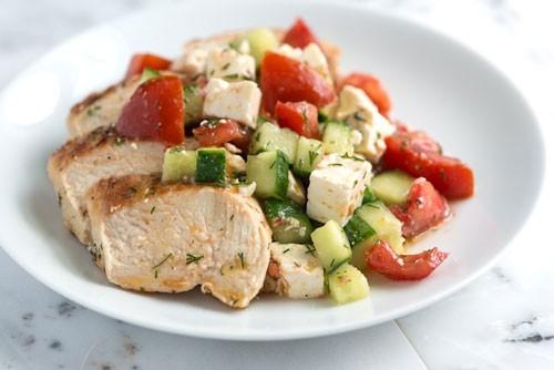 Салат из овощей и вареной куриной грудки