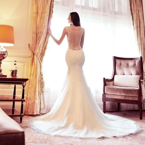 Свадебное платье в форме рыбки с открытой спиной